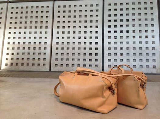 butts and shoulders ontour long john blog natural tanned leather ageing travel bag worker post made in holland limit special edition wouter munnichs nl (1)