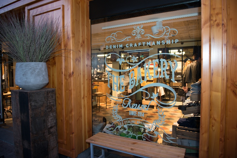 the bakery long jonh blog store shop blue jeans denim bread brood reusel holland redwing denham koi kings of indigo bakkersstraat opening 2015 open nieuw new indigo fresh vers (1)