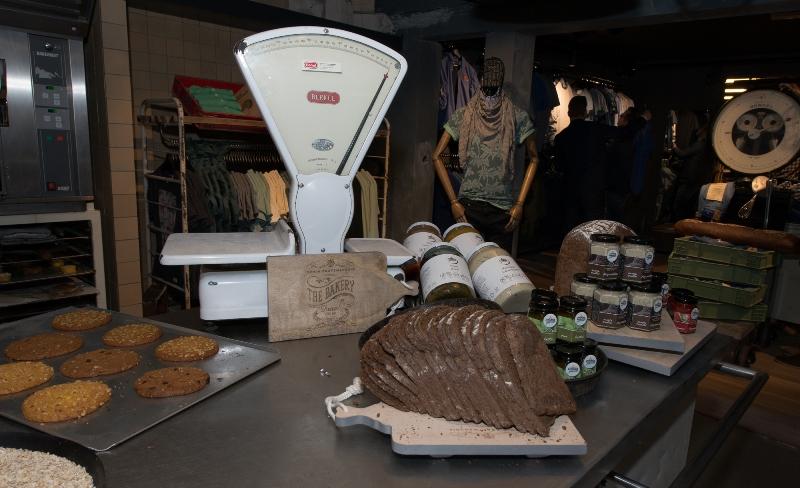 the bakery long jonh blog store shop blue jeans denim bread brood reusel holland redwing denham koi kings of indigo bakkersstraat opening 2015 open nieuw new indigo fresh vers (15)